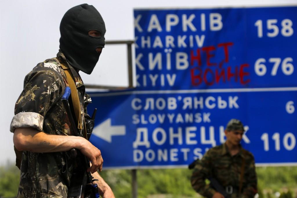 Un militant pro-russe en service sur une position fortifiée de la ligne de front à un carrefour du village de l'est ukrainien Semenivka, le 19 mai 2014.REUTERS/Yannis Behrakis