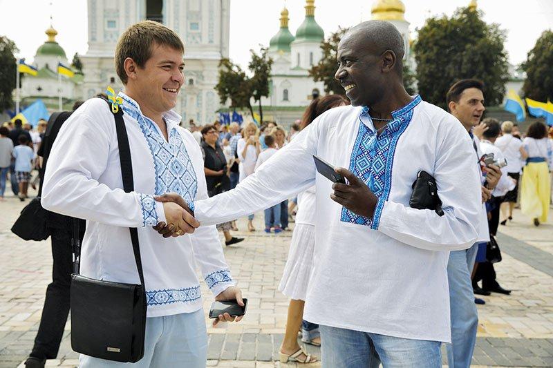 Des gens portant des vychyvankas, chemise brodée ukrainienne traditionnelle