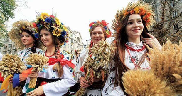 Des dizaines d'Ukrainiens en costumes traditionnels en marche à Kyiv le Jour de l'Indépendance, 24 août 2013.